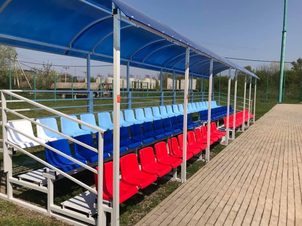 На стадионе спортшколы «Спартак» установили трибуны