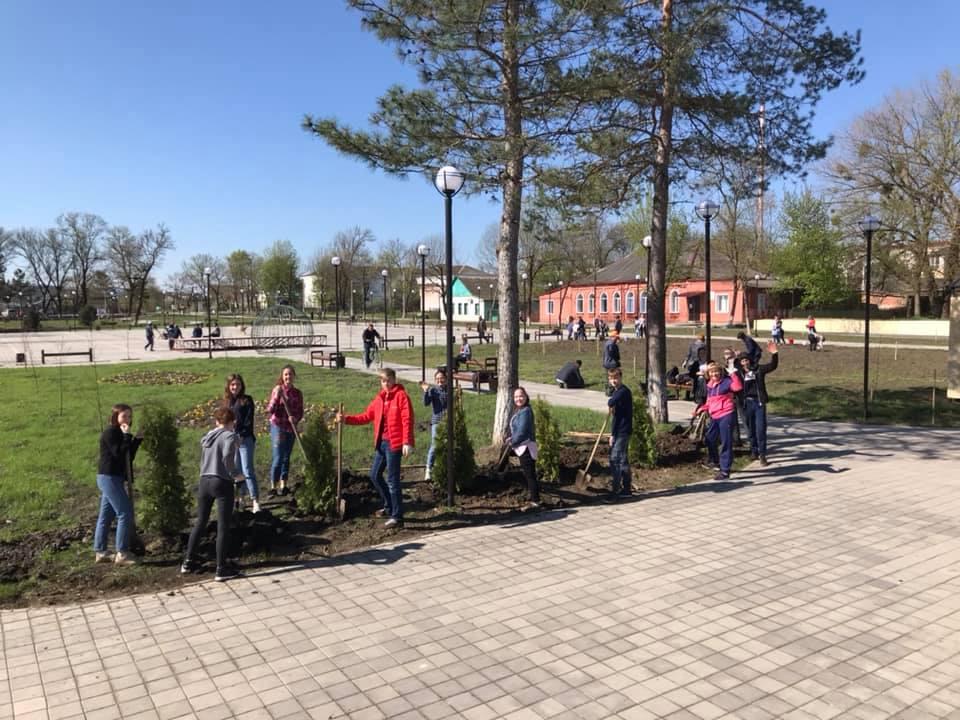 В Абинске служащие и школьники вышли субботник