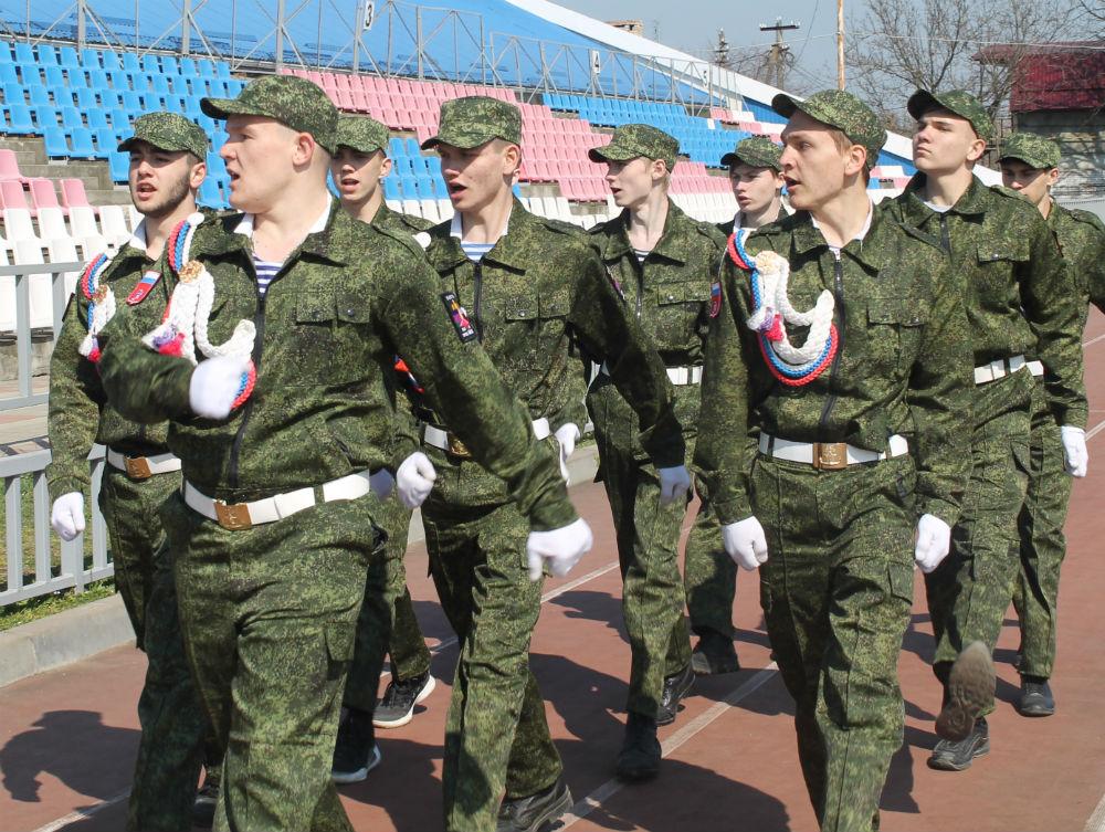 Строевым шагом прошли по стадиону «Виктория» старшеклассники Абинского района