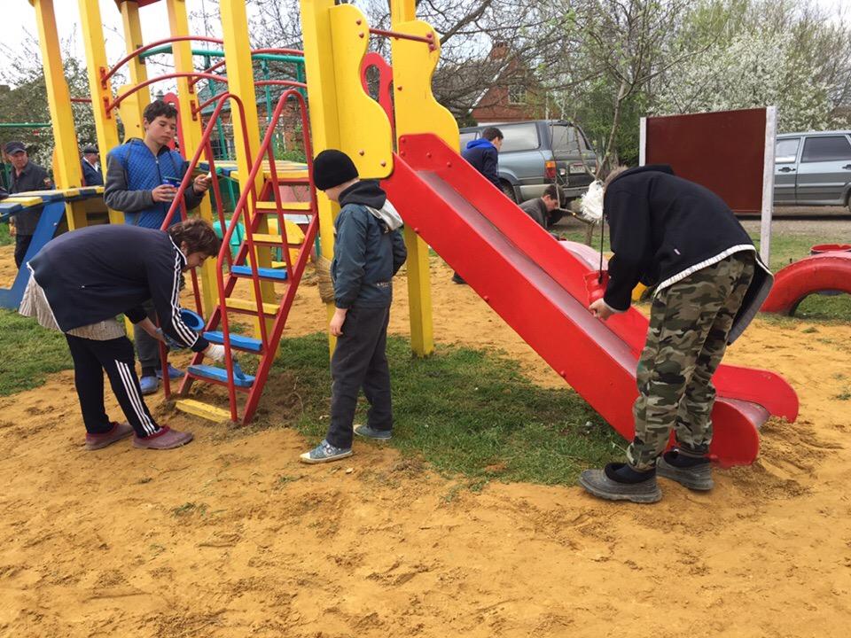 Взрослые и школьники навели порядок на детской площадке по улице Лысова в ст. Холмской