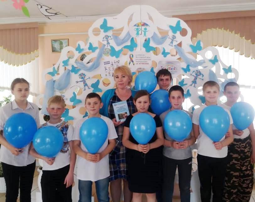 В Абинском районе родители и педагоги поддержали международную акцию «Зажги синим!»