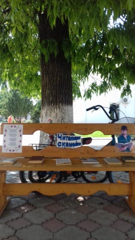 «Читающая скамейка» в Абинске ждет своих читателей