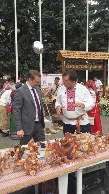 Гостей выставки-ярмарки «АгроТУР-2019» встречало красочное подворье Абинского района