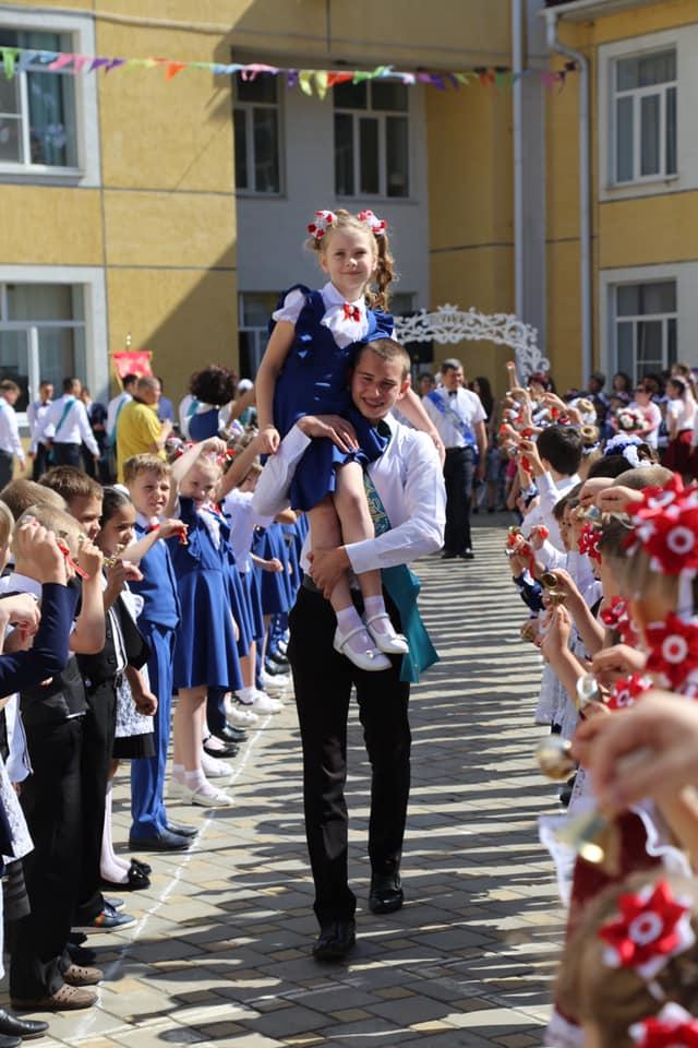 Глава Абинского района побывал на празднике последнего звонка в абинской школе