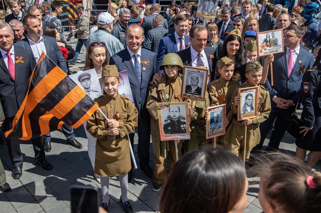 Губернатор Кубани и спикер ЗСК прошли в Краснодаре в колонне «Бессмертного полка»
