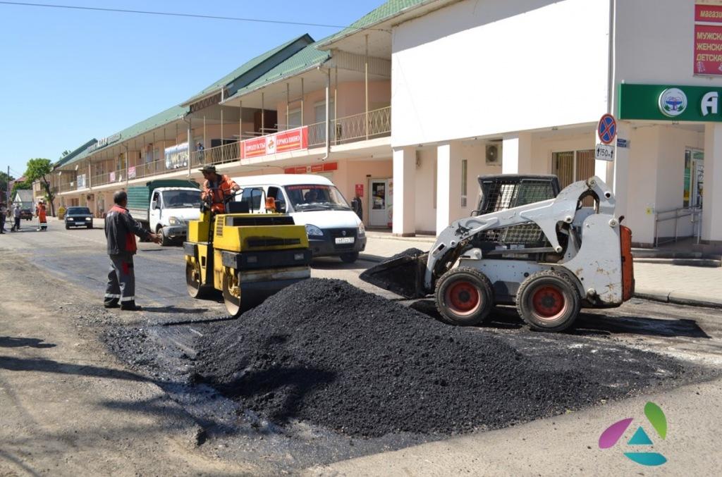 В Абинске ведется ямочный ремонт дорог