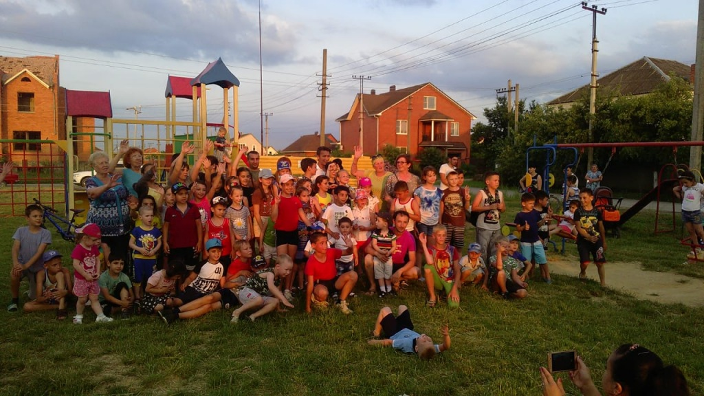 На детской игровой площадке «Ангара» микрорайона №4 г. Абинска прошел детский праздник «Здравствуй лето!»