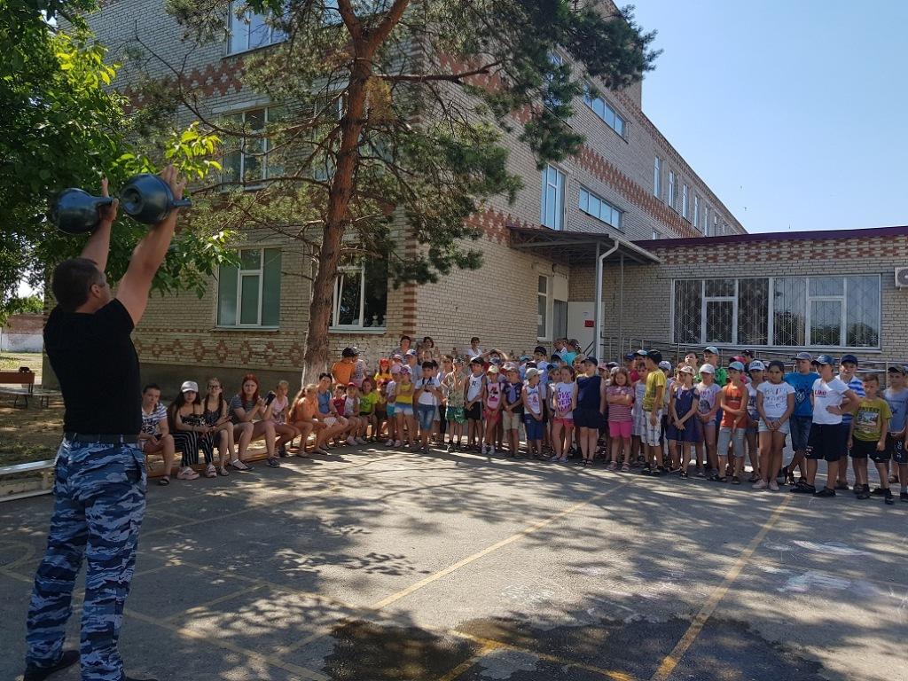 В Абинске полицейские и общественники провели зарядку с школьниками на летней площадке