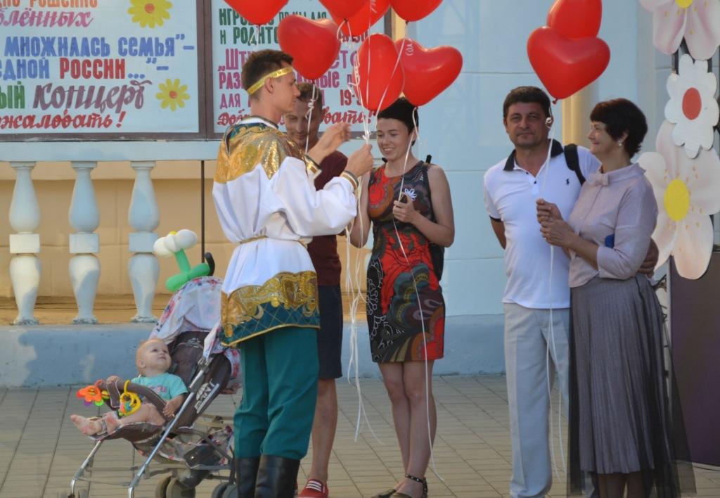 В поселке Ахтырском прошел парад влюбленных