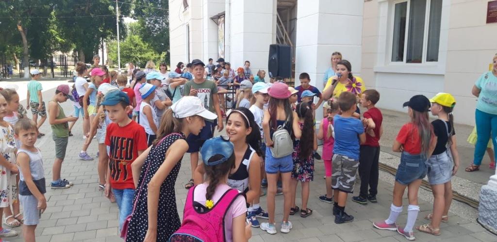 Около двухсот мальчишек и девчонок собрались на арт-час «Добрые руки мастера» в Ахтырском КДЦ