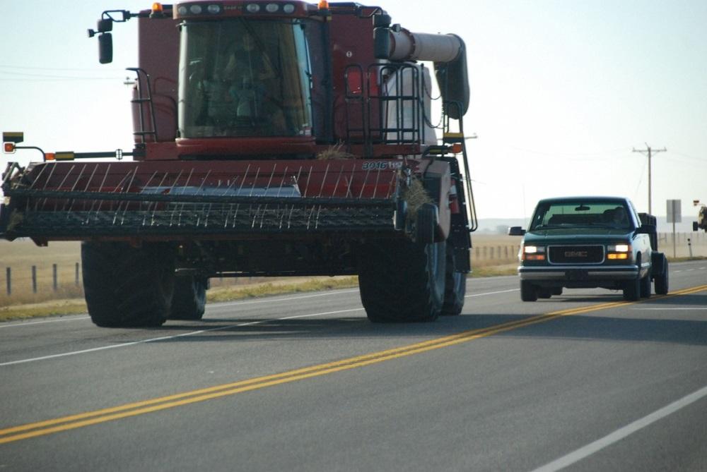 Упрощен порядок выдачи спецразрешений на движение сельхозтехники по автодорогам