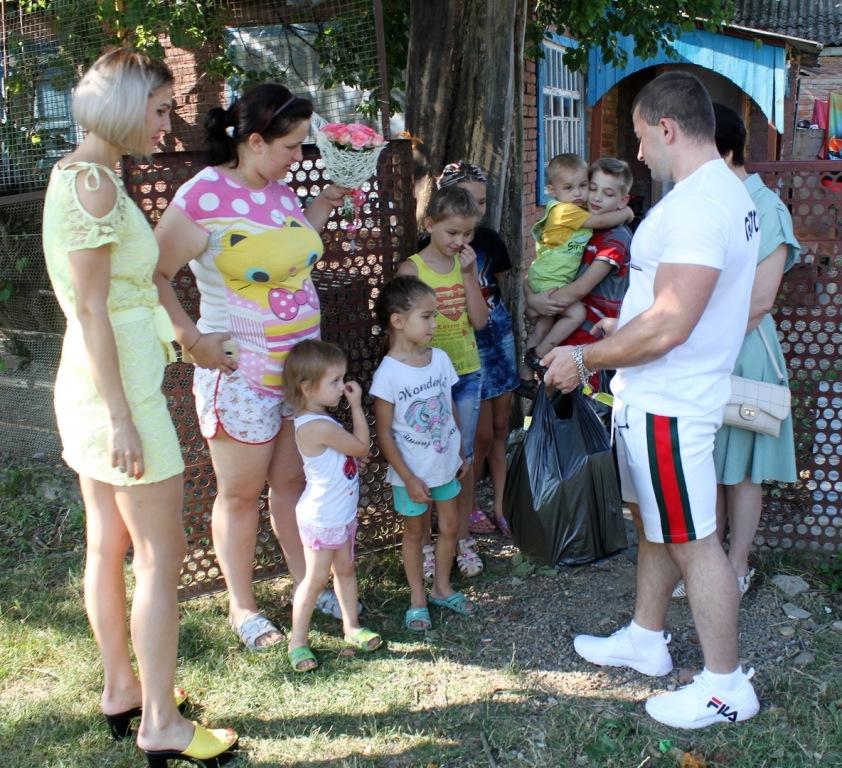 Многодетную семью абинчан, в которой 11 детей, поздравили в преддверии Всероссийского дня семьи, любви и верности