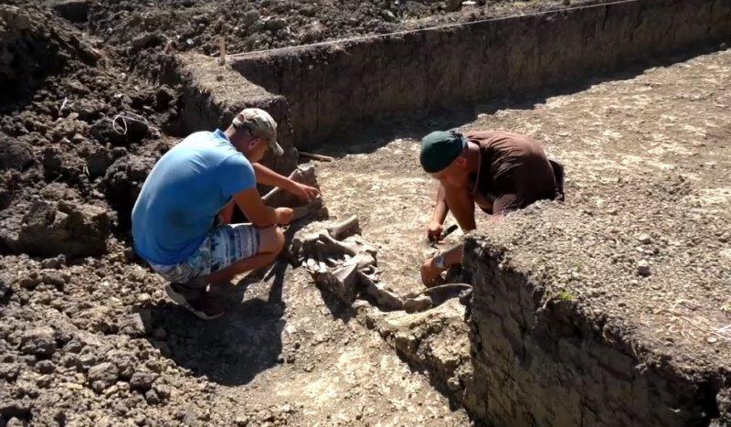 В Крымском районе археологи нашли два захоронения и кувшин возрастом более тысячи лет