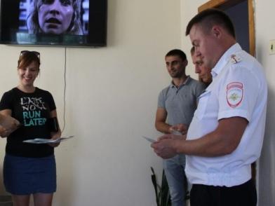В Абинском районе посетителей отделов ГИБДД предупреждают об опасности маневров на дорогах