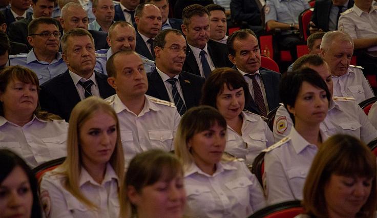 Руководители региона поздравили сотрудников и ветеранов миграционной службы с 300-летием подразделения