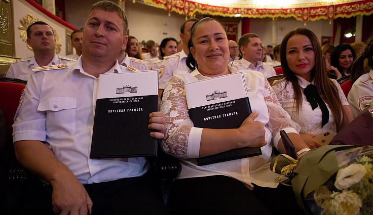 Спикер ЗСК наградил лучших сотрудников миграционной службы