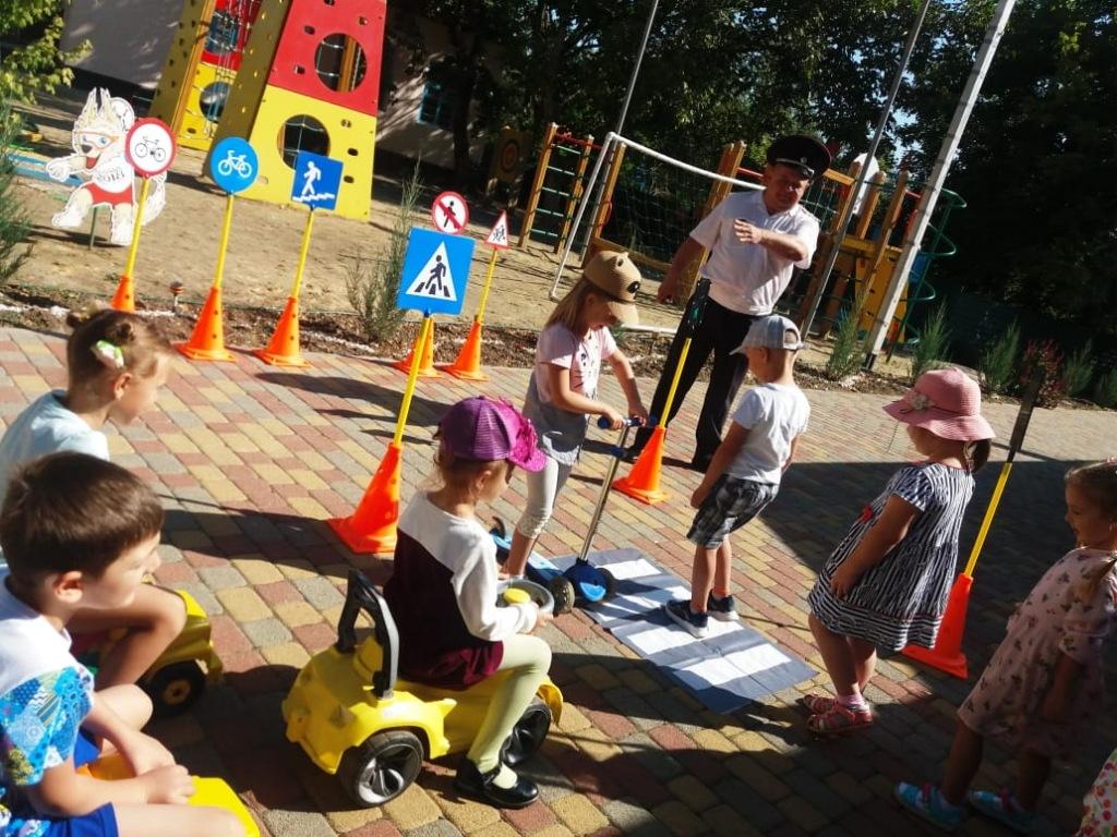 Сотрудник ГИБДД рассказал дошкольникам о правилах безопасного поведения на дороге