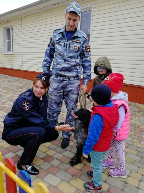 В Абинске полицейские посетили детские сады