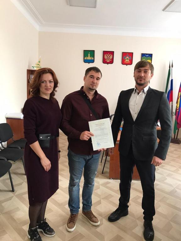 Молодая семья из поселка Ахтырского получила жилищный сертификат