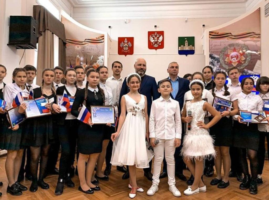 В Абинске на торжественном мероприятии полицейские вручили подросткам паспорта