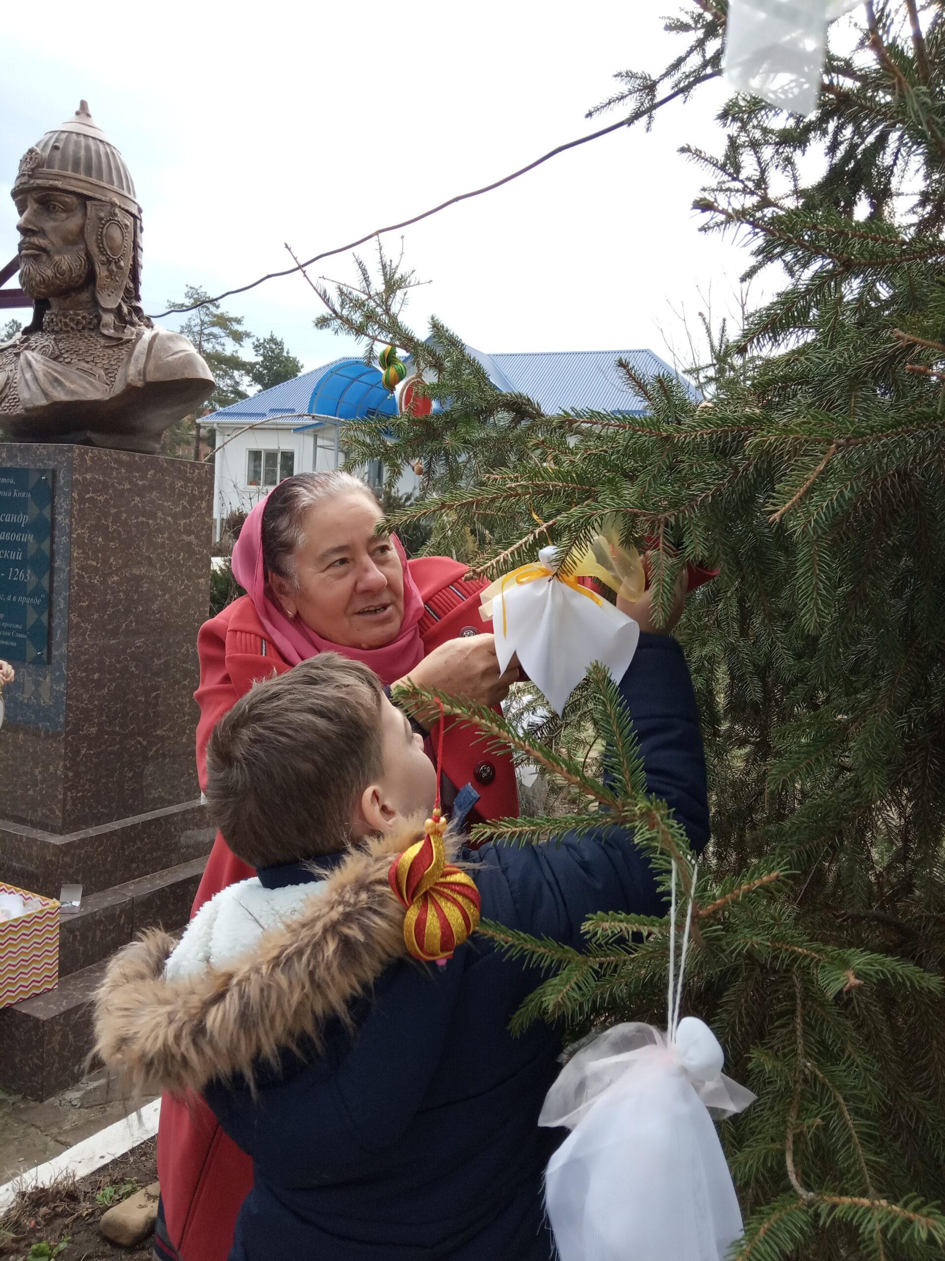 Дети украсили рождественскую елку