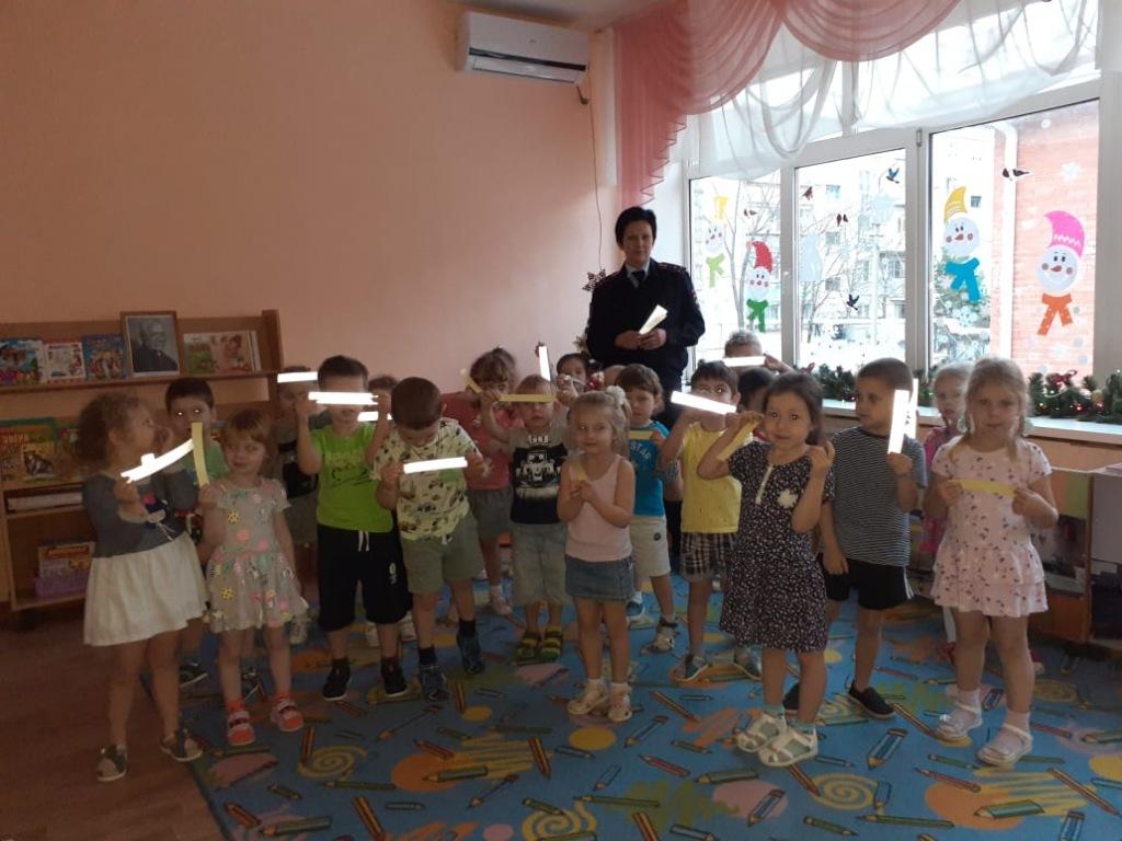 Школьникам и воспитанникам детских садов вручают световозвращающие браслеты.