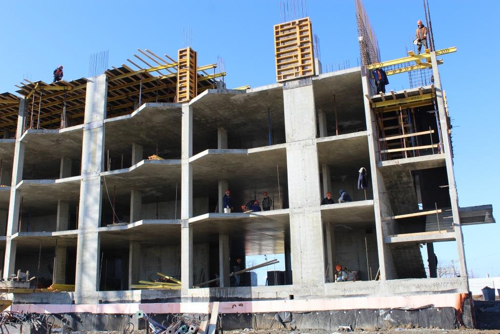 Строительство жилого комплекса с бассейном в Абинске идет полным ходом.