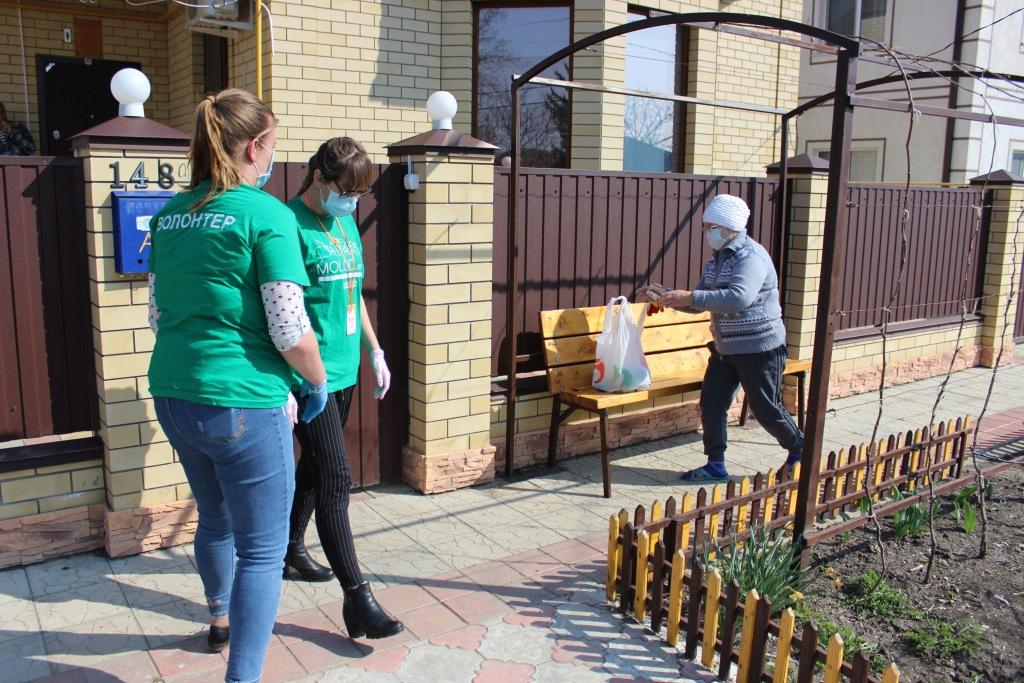 Две недели добровольцы Абинского района в рамках акции «#Мывместе» доставляют продукты, товары первой необходимости и медикаменты одинокопроживающим пожилым и маломобильным жителям Абинского района