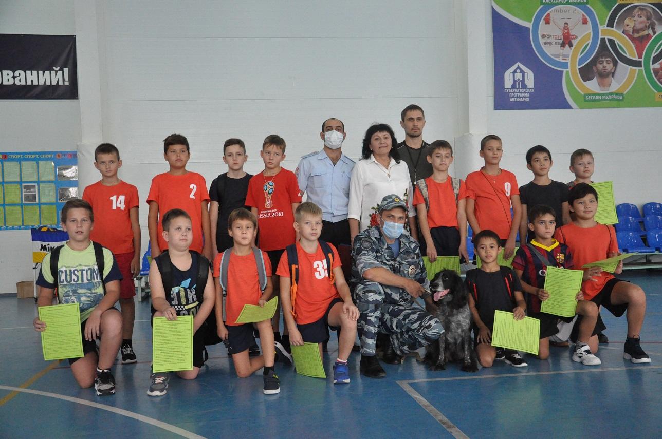В Абинске юных спортсменов посетили полицейские и общественники