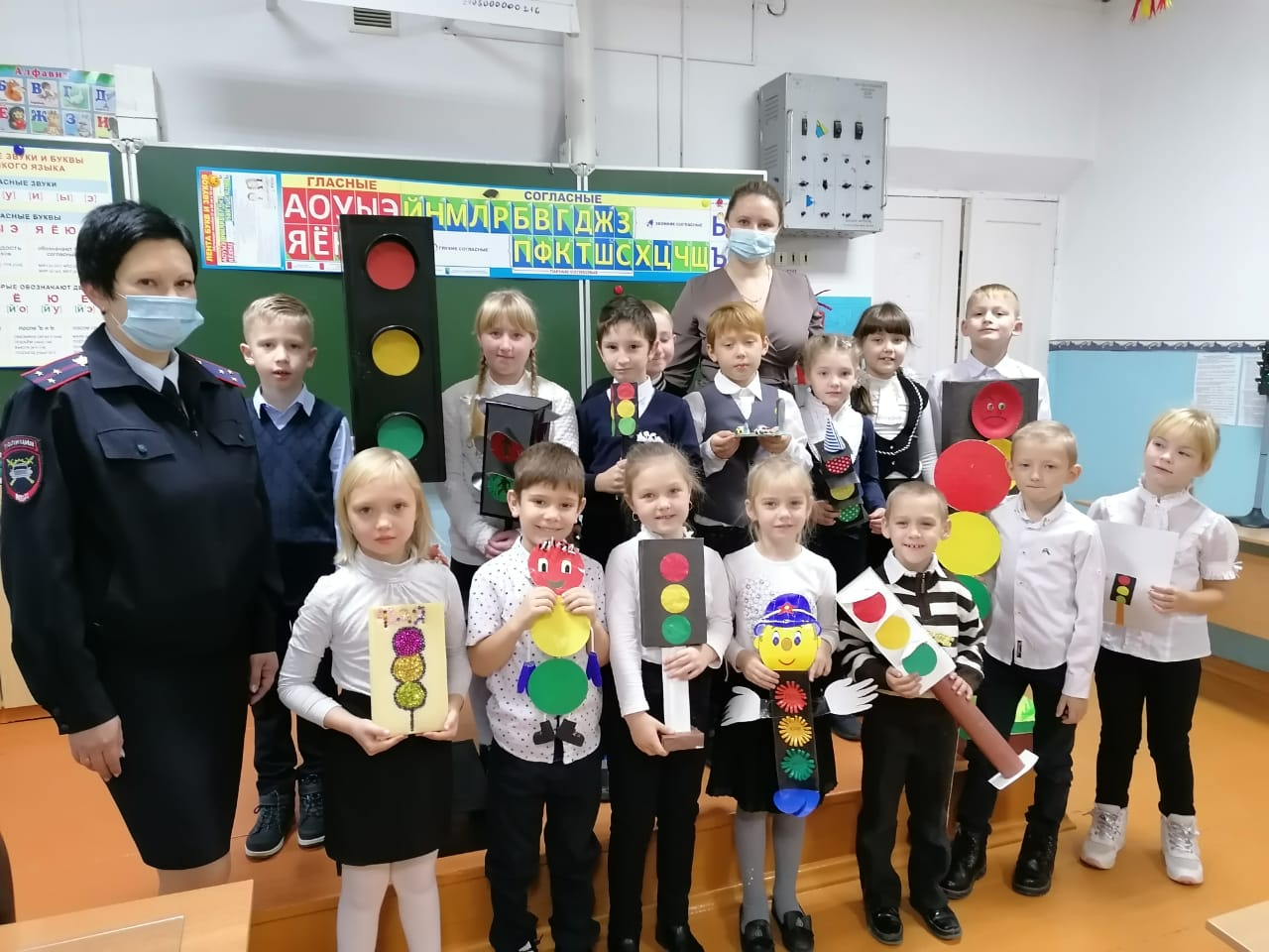 В преддверии Всемирного дня ребенка у первоклассников школы №18 прошел праздник светофора