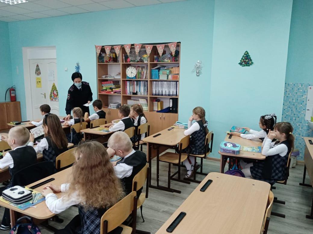 В преддверии зимних каникул сотрудники Госавтоинспекции проводят беседы с учащимися школ района.
