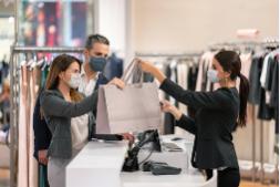 По решению Верховного суда, посетители без масок в магазинах могут не обслуживаться