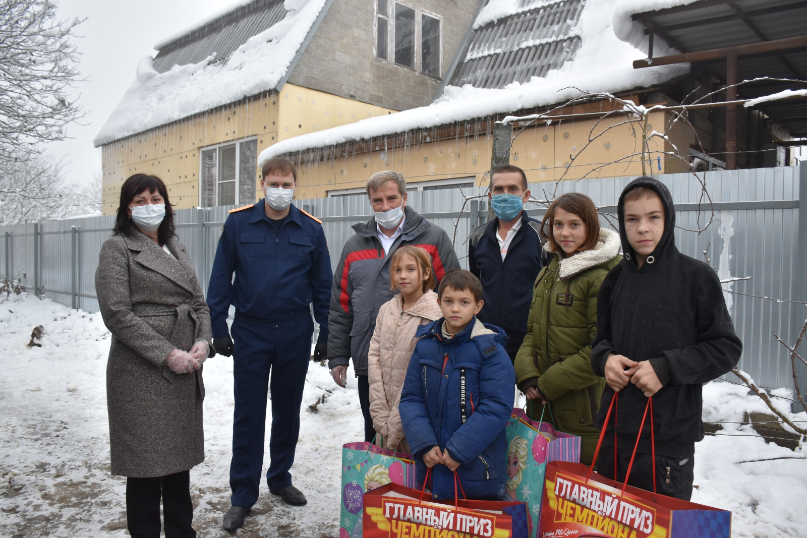 Сотрудник следственного управления СКР по Краснодарскому краю поздравил детей из многодетных семей с новогодними праздниками