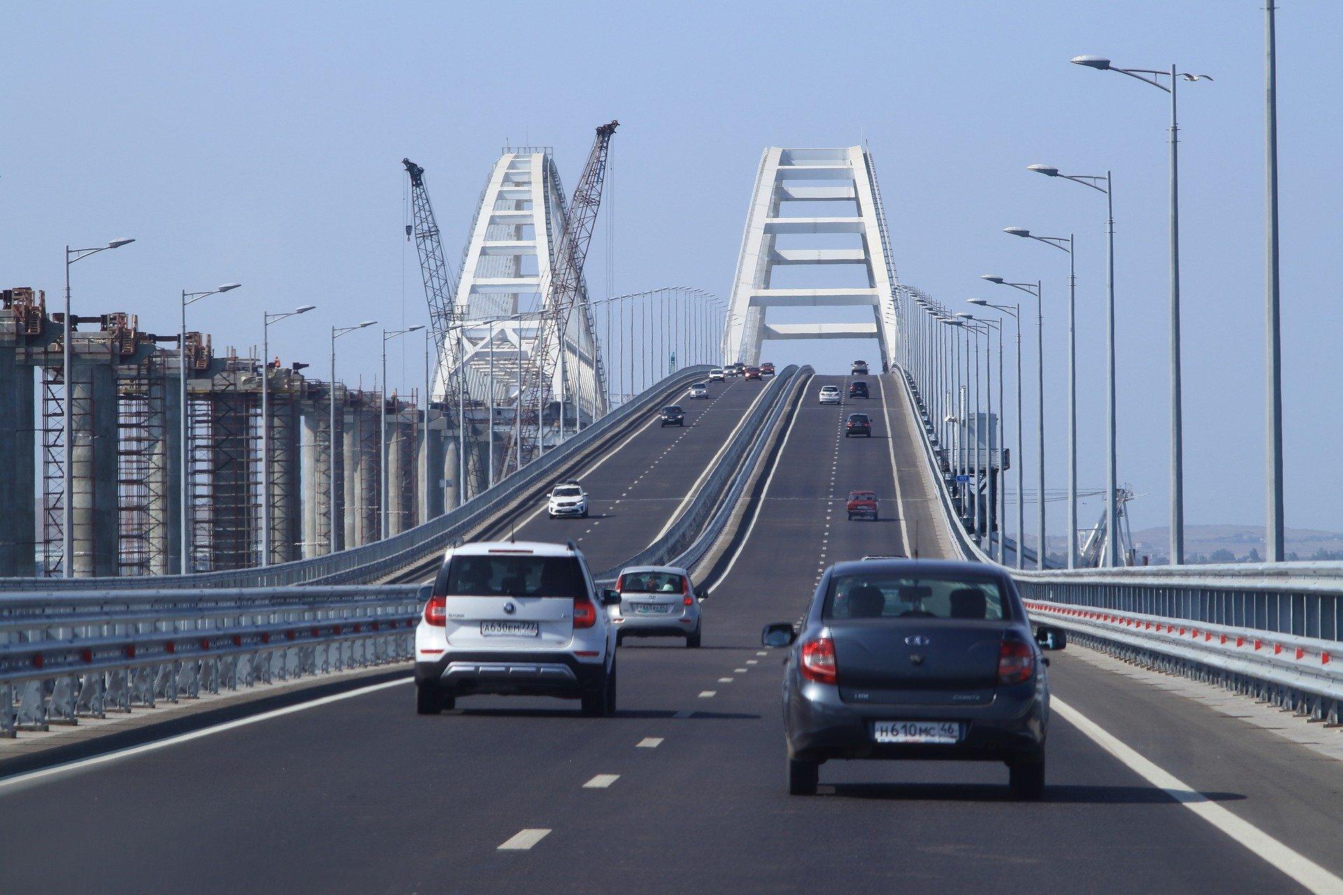 Автомобильное движение по Крымскому мосту перекрыто, железнодорожная часть работает