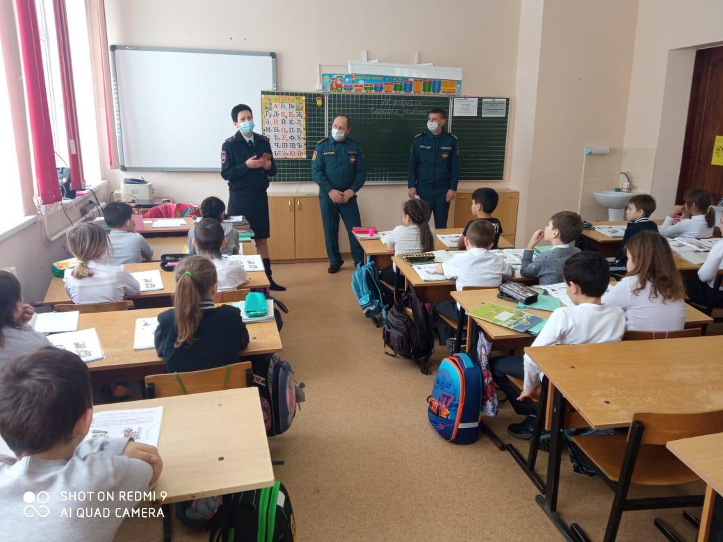 Школьникам и студентам Абинского района разъясняют особенности безопасного поведения в зимний период
