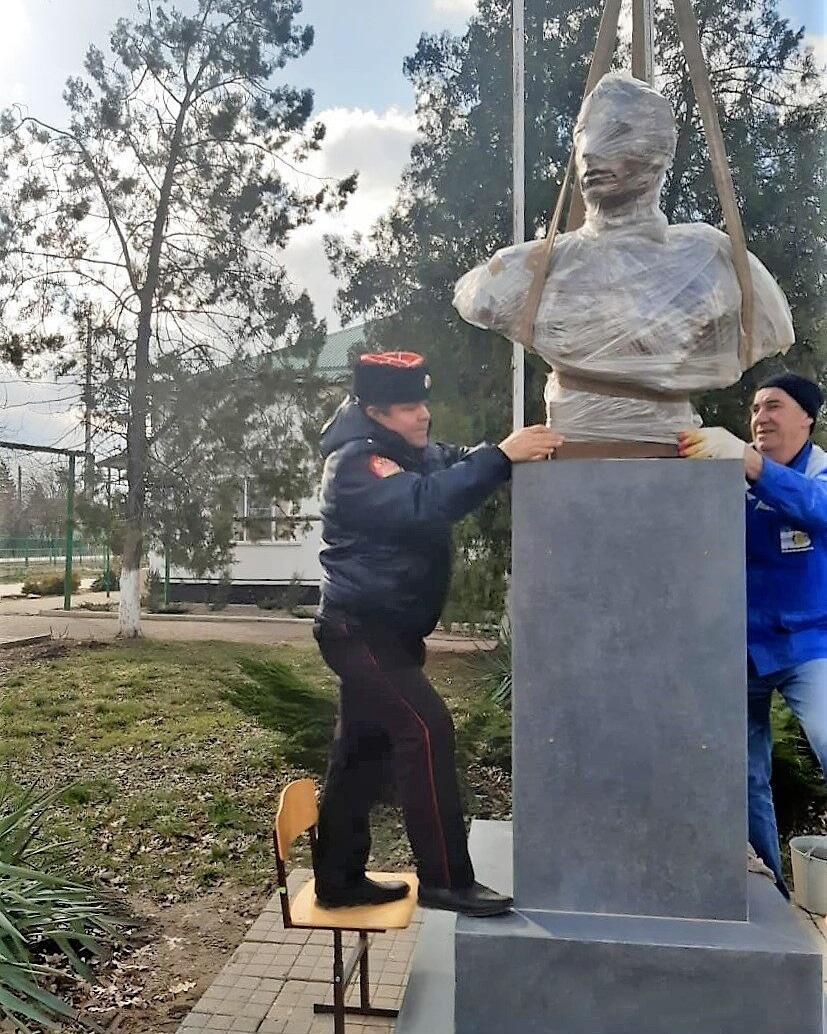 В школе Абинска установили бюст  Героя