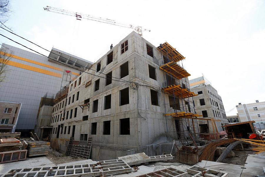 Строительство двух корпусов краевой больницы №1 планируют завершить летом 2022 года