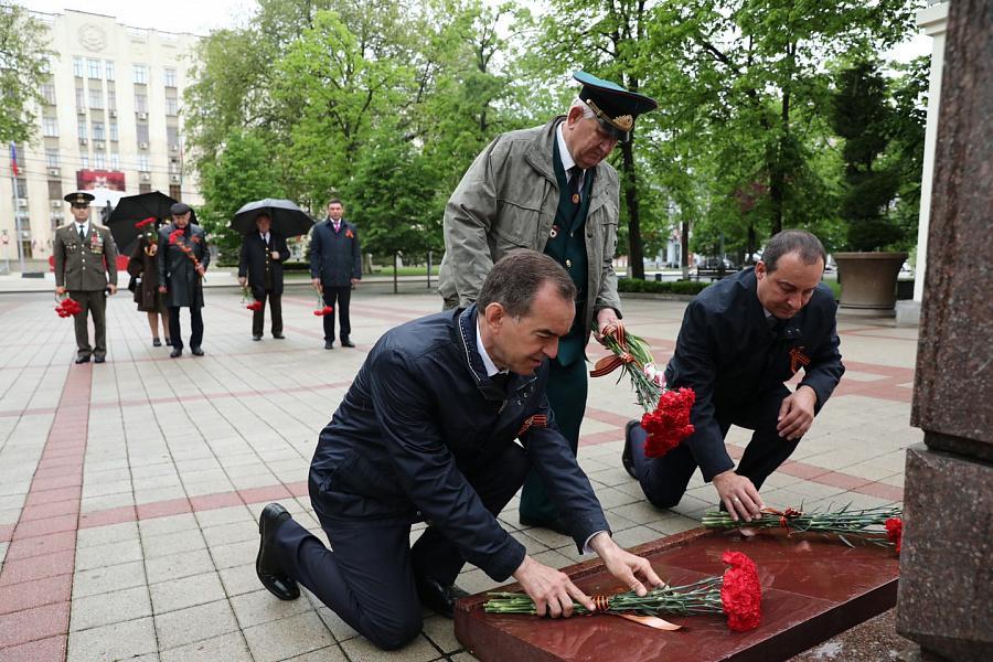 Вениамин Кондратьев возложил цветы к мемориалам войны