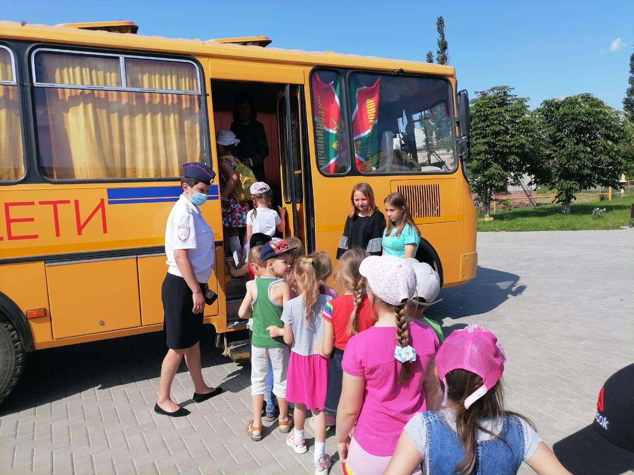 Будущие школьники осваивают навыки безопасного поведения в школьном автобусе.