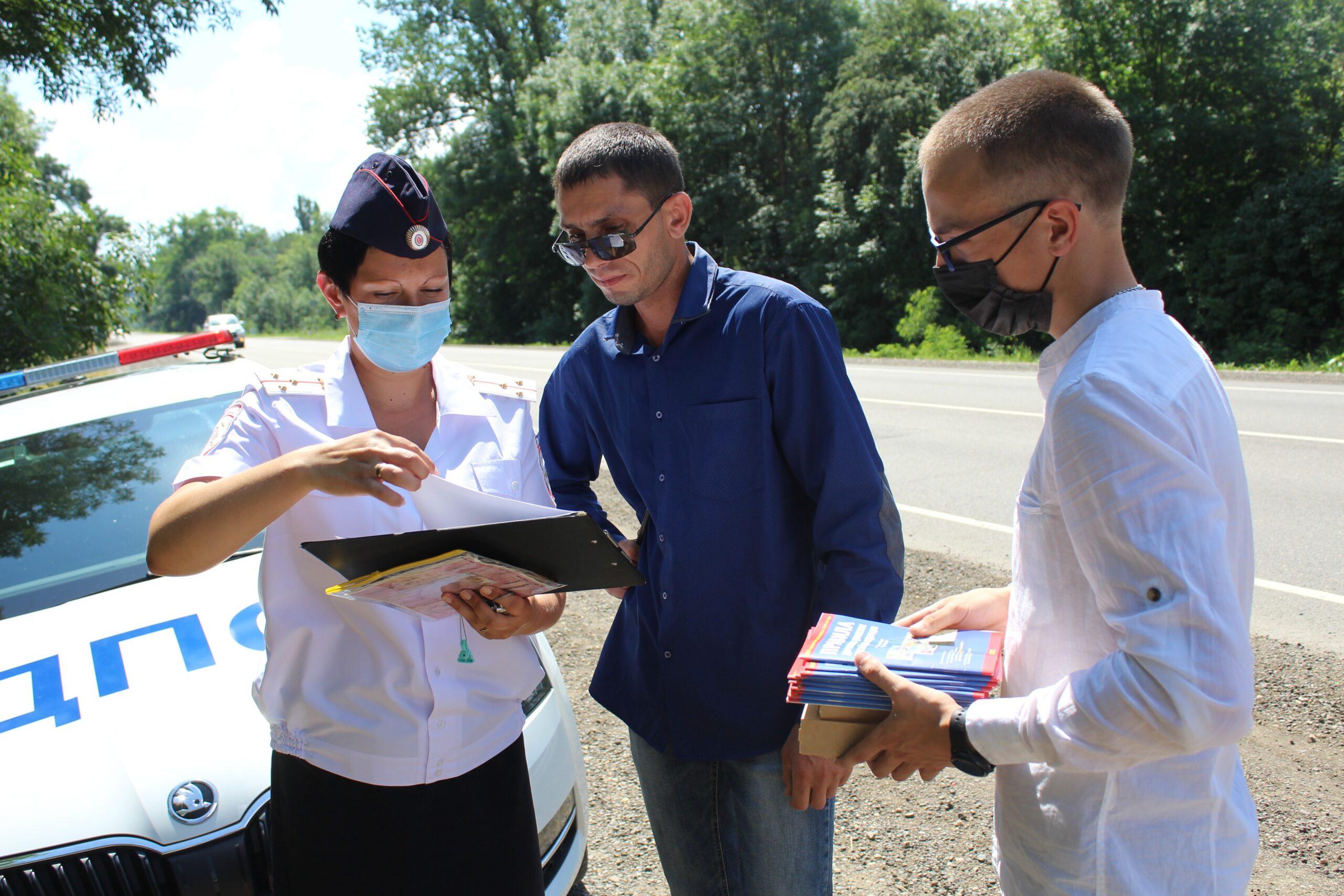 В Абинске госавтоинспекторы и блогеры проверили знают ли иногородние водители правила проезда перекрестков