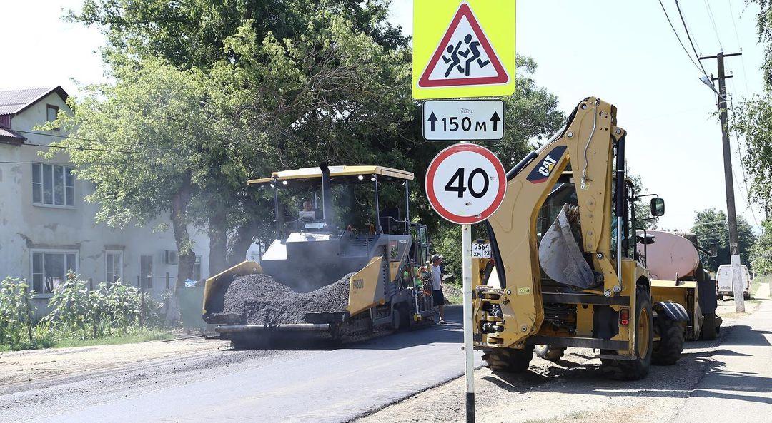 Тротуары и дороги в Абинском районе продолжают ремонтировать